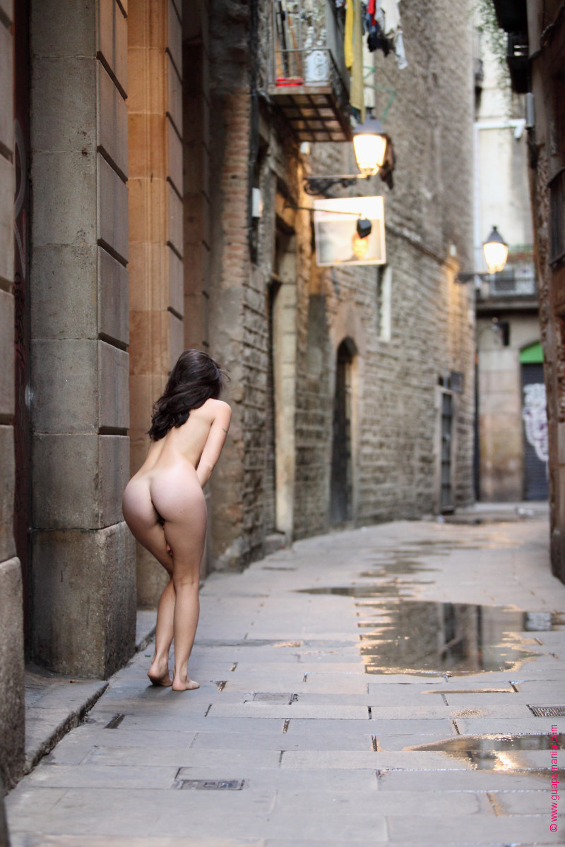 nude in the streets of Barcelona, by Daniel Bauer