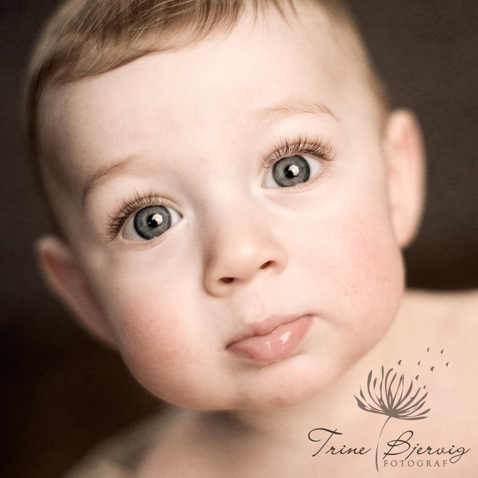 barnebilde av gutt med nydelige øyner, fotografert av fotograf Trine Bjervig i Tønsberg, vestfold
