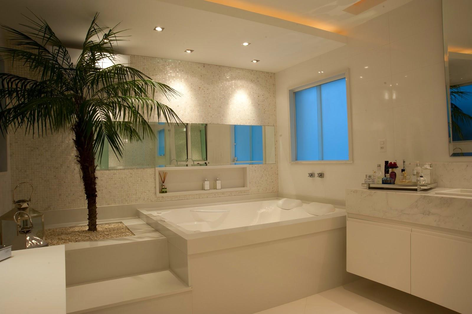 Banheiro revestido com madrepérolas branquinhas   iluminação para  #236EA8 1600x1065 Arquitetura De Banheiro Com Banheira