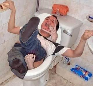 A Loira do Banheiro levando uma pessoa pela bacia adentro.
