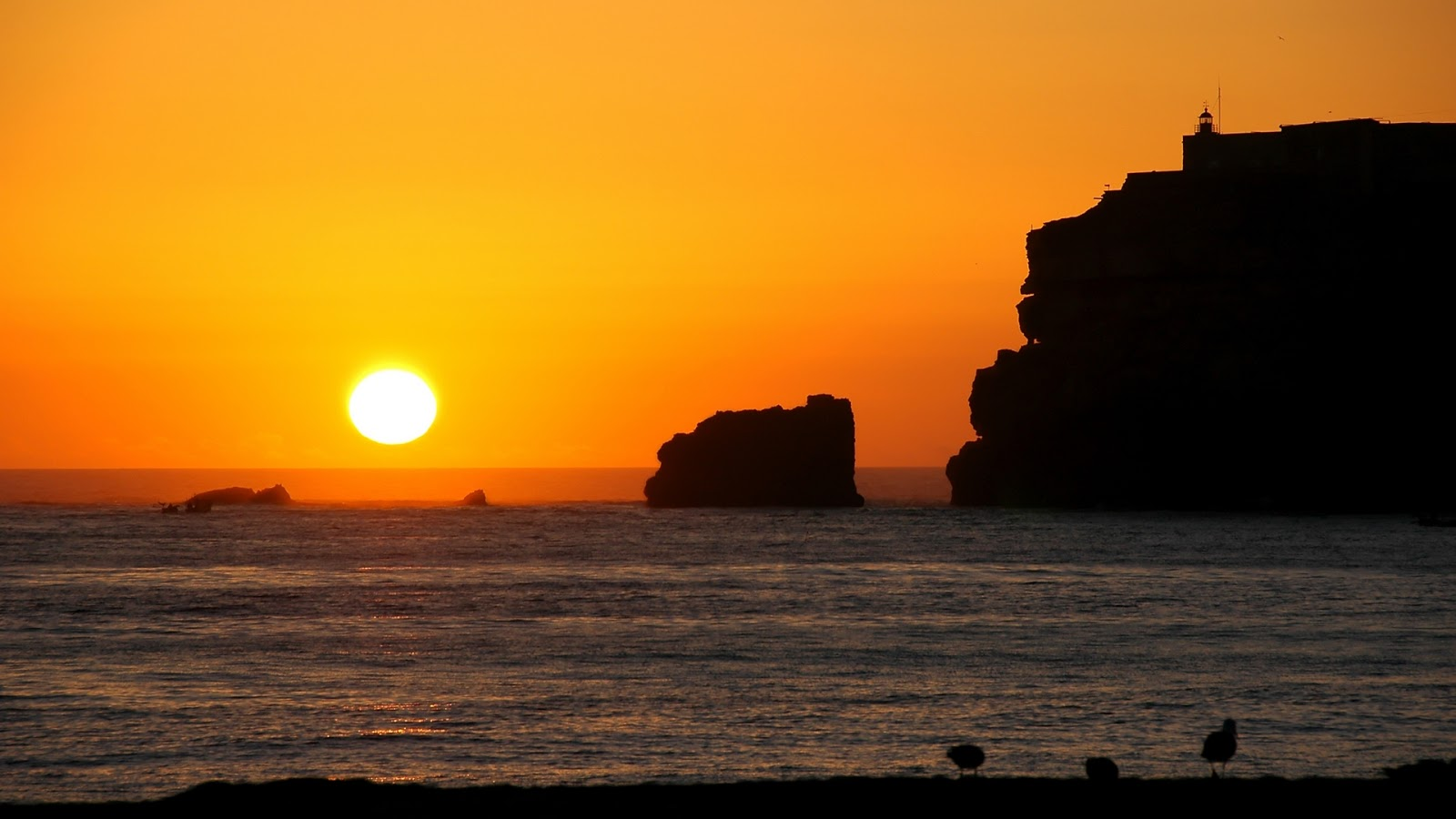 http://3.bp.blogspot.com/-rkYFwpC41JE/UWFZ-6D4DMI/AAAAAAAAFHk/0afl491ldNk/s1600/hd-wallpaper-with-sunset-at-rocks-and-sea.jpg