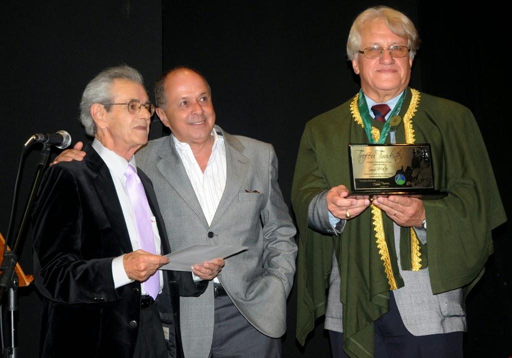 O homenageado Sami Mattar, ao lado do vice-presidente da ATL, Jorge Bragança, e o presidente Delmo Ferreira