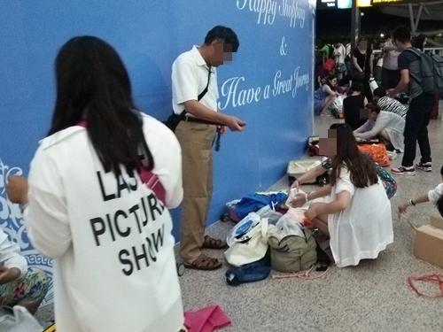 中国人観光客の荷物整理風景