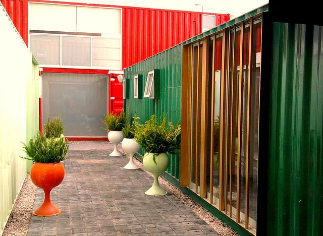 Cidade de contêiners reciclados segue a linha de construção verde