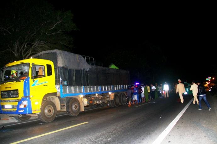 Gia Lai: Tông vào đuôi xe tải, vợ chồng trẻ tử vong tại chỗ