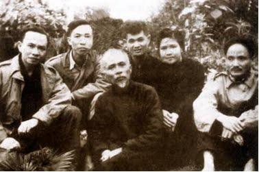 Ảnh chụp lễ cưới ông Lê Văn Lương và bà Nguyễn Thị Bích Thuận tại Việt Bắc năm 1948 với Bác Tôn (người ngồi trước), các đồng chí Hoàng Quốc Việt (ngoài cùng bên phải), Trường Trinh, Lê Đức Thọ (từ trái qua). Ảnh: Vũ Năng An.