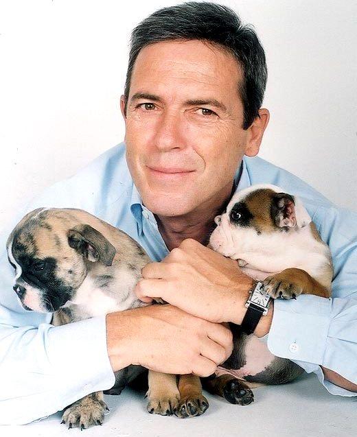 Carlos Mata posando con sus perros