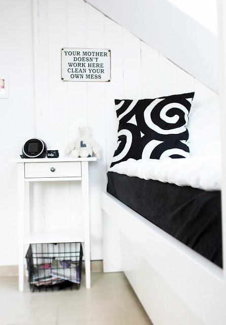 biało czarny pokój nastolatki, inspiracje nastolatki black and white, białe łóżko, białe deski na ścianie, metamorfoza pokoju dla nastolatki, elegancki pokój dla dziewczynki, blog wnętrza inspiracje metamorfozy DIY majsterkowanie