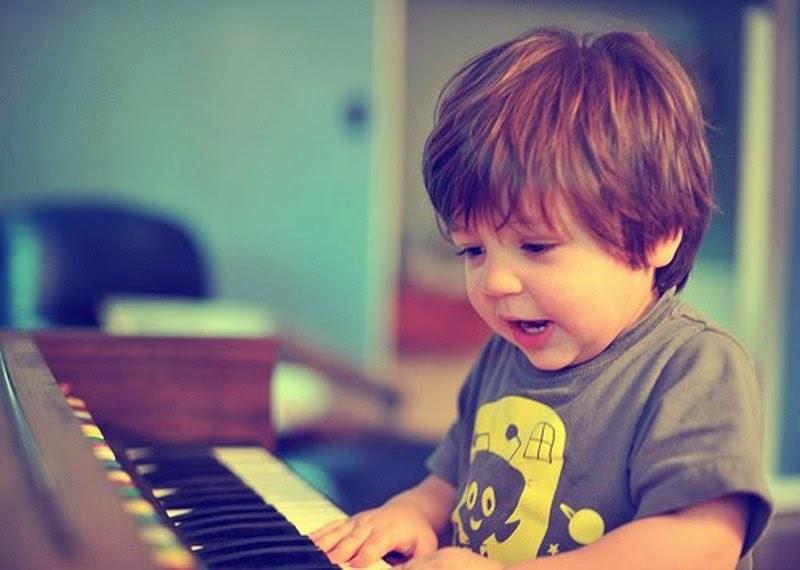 Foto anak laki-laki keren main piano