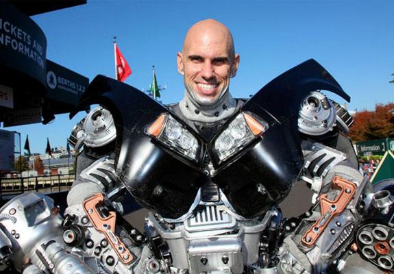 Homem cria fantasia dos Transformers com utensílios domésticos