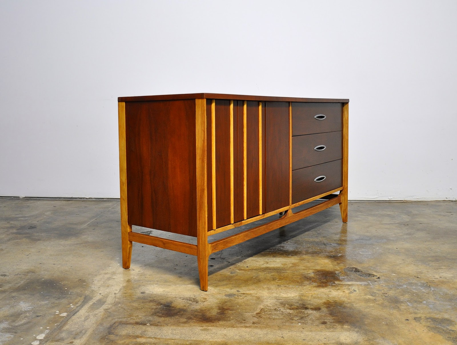 SELECT MODERN: Mid Century Credenza Bar Buffet Or Sideboard. Full resolution  snapshot, nominally Width 1600 Height 1208 pixels, snapshot with #C68B05.