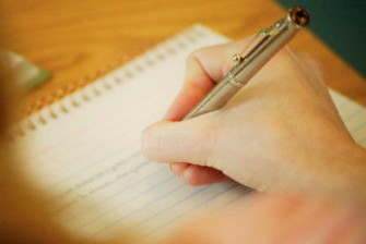 Membuat pengunjung betah dengan menulis