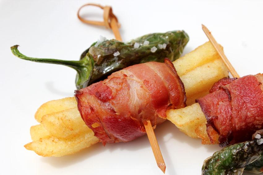 Pincho de bacon patatas fritas y pimientos