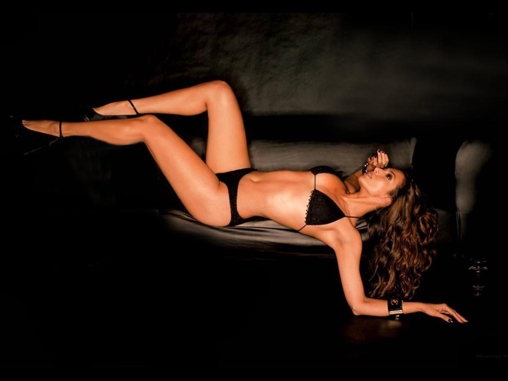 http://3.bp.blogspot.com/-rq9jnwdNCB4/TtPYK5Tcf0I/AAAAAAAAAH8/zzVsizieHd0/s1600/Bollywood+actress+and+model+Malaika+Arora+Khan+in+hot+black+bikini+on+the+edge+of+a+black+couch+sofa+long+slender+legs+perfect+body+figure+high+heeled+sandals+long+curly+hair+lying+on+her+back.jpg