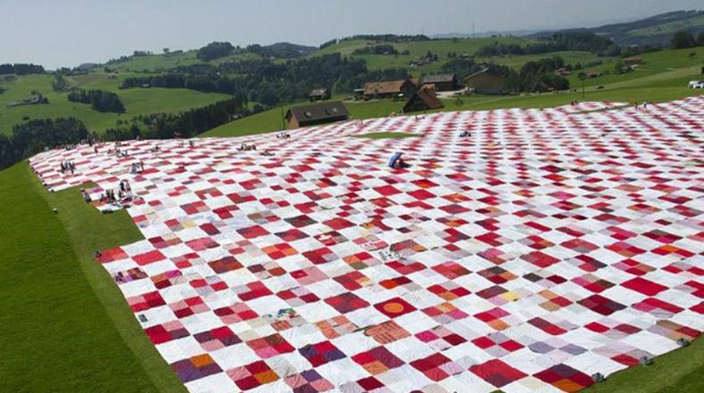 Una manta de picnic gigante transforma un espacio al aire libre en una participativa instalación de arte