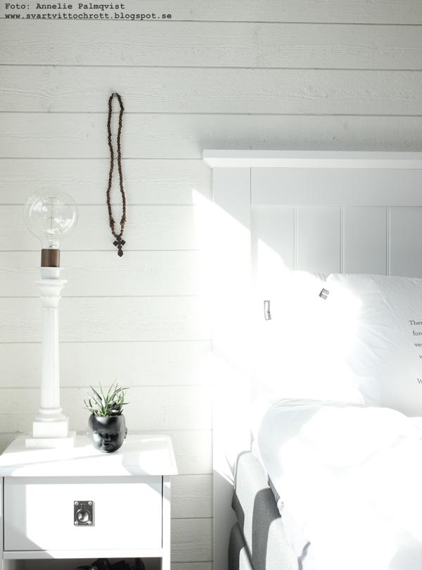 sovrum, vitt, vit, vita, sova butiken, tempur, tempursäng, sängar, ansikte kruka, marmor lampa med glödlampa, glödlampor, liggande vit panel,