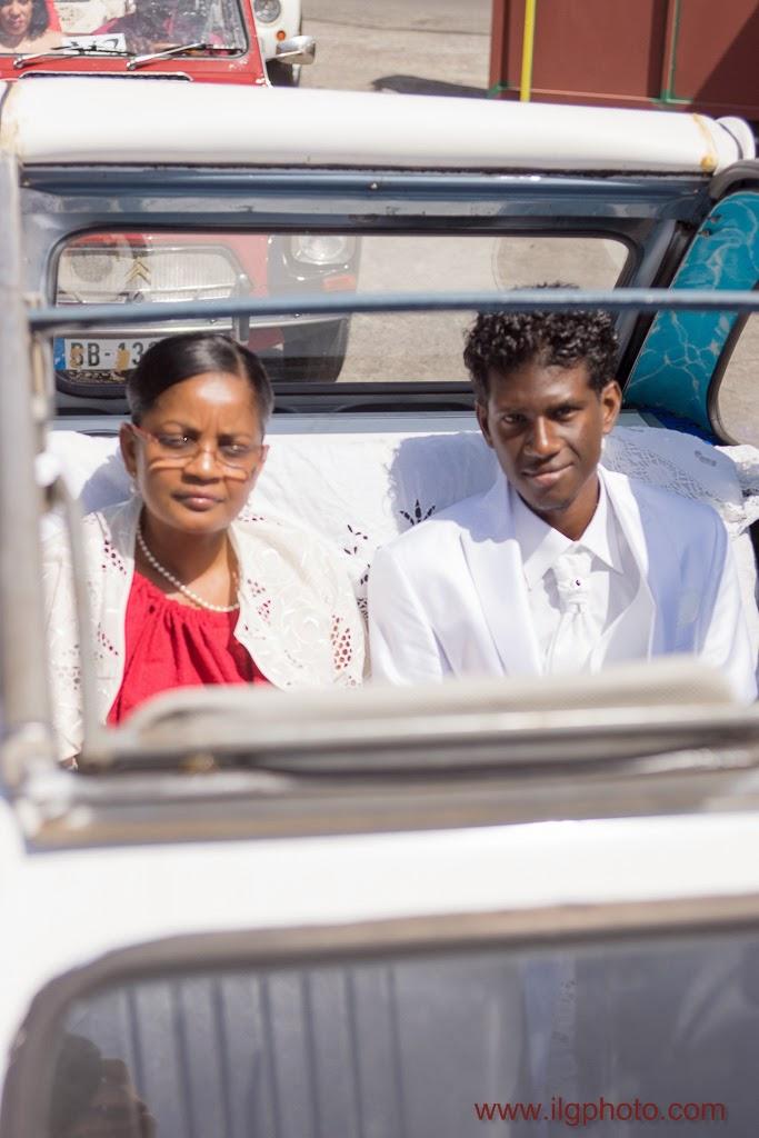 le marié arrive en 2cv avec sa maman