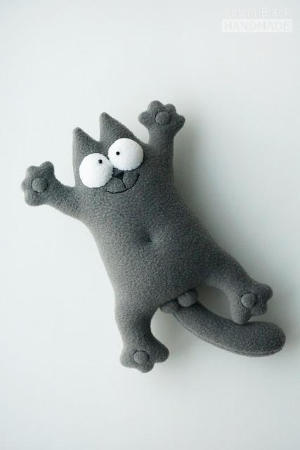 Игрушка из флиса - серый кот Саймона.