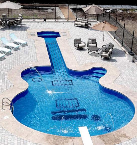 http://anecdotariodelrock.blogspot.com.es/2012/06/un-viaje-virtual-por-las-piscinas-mas.html
