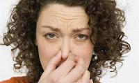 mujer tapandose la nariz, mal olor