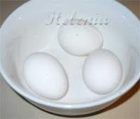 Сварить крутые яйца.