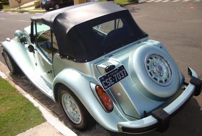 Para-choque na cor do carro com travessas emborrachadas: influência do design norte-americano dos anos de 1970, mais focado na segurança.