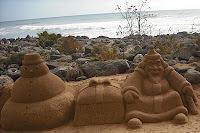 Bild: Sandburg mit einem Schneemann (mit der Aufschrift: Frohe Weihnachten in verschiedenen Sprachen), einem Geschenk (mit der AUfschrift: Gran Canaria 2009) und dem Weihnachtsmann.