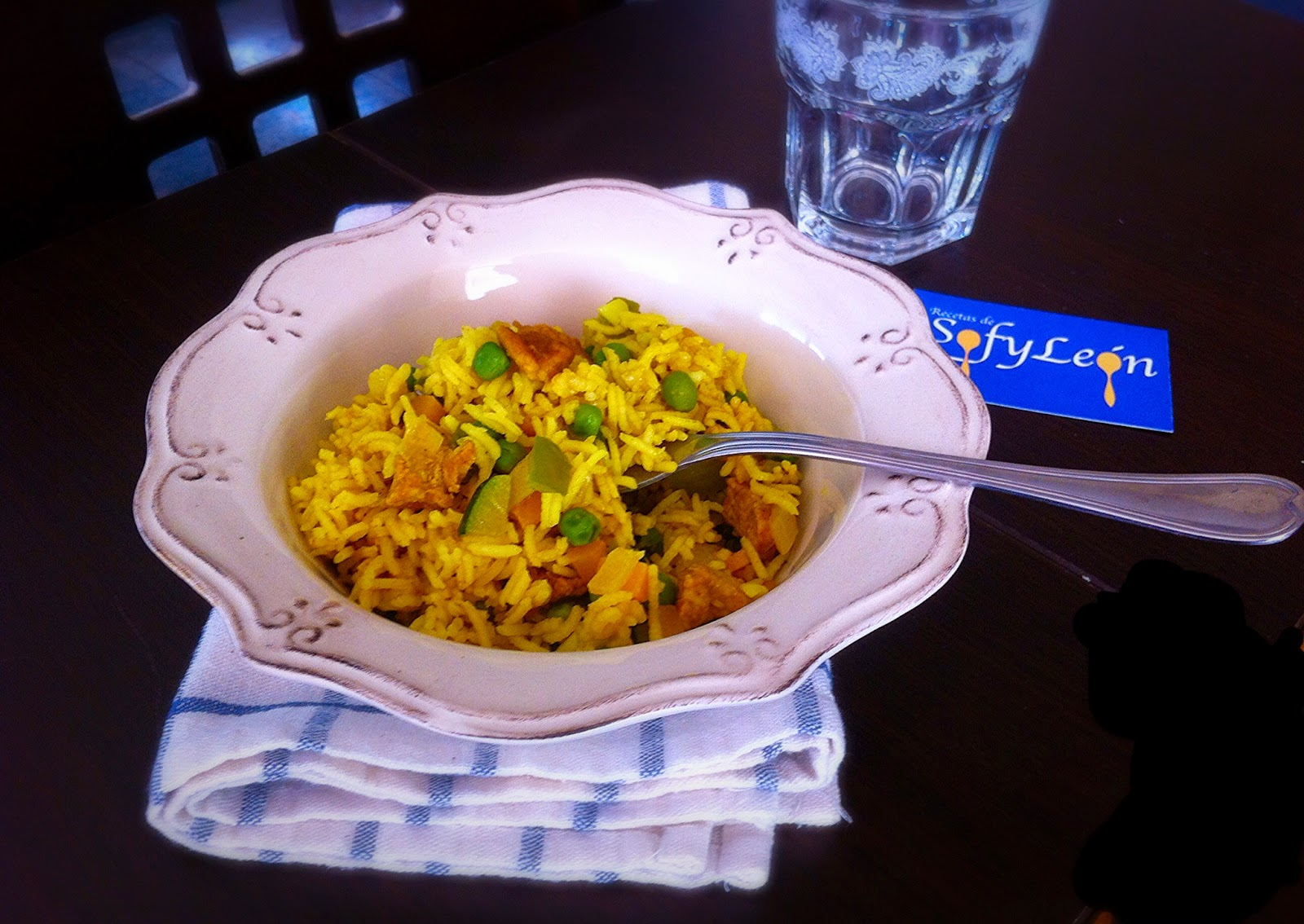 Arroz con pollo y verduras al curry.