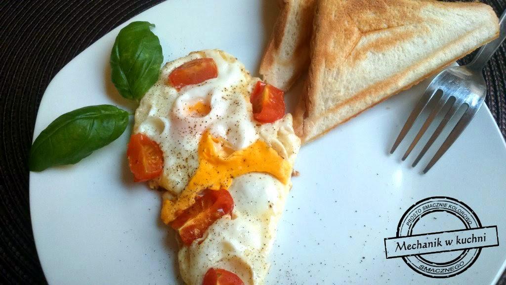 Jajko z pomidorkami koktajlowymi jajecznica śniadanie pomysł mechanik w kuchni