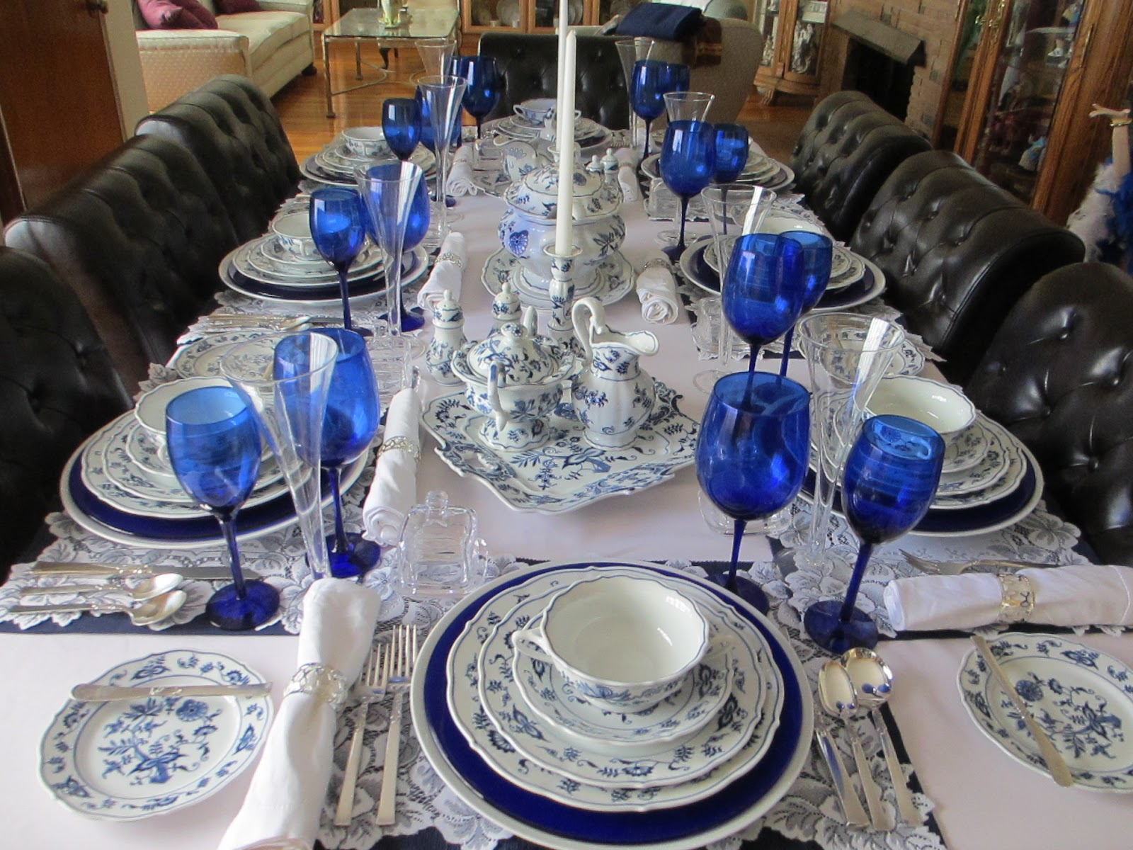 Over view of the table : blue and white table settings - pezcame.com