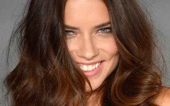 Modelo brasileira Adriana Lima está entre as celebridades mais perigosas da Internet