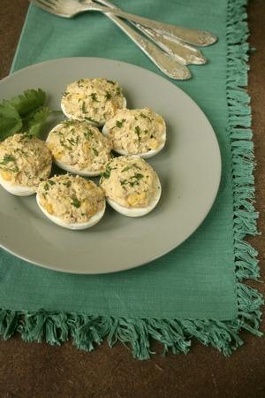 Фаршированные яйца с тунцом и кукурузой