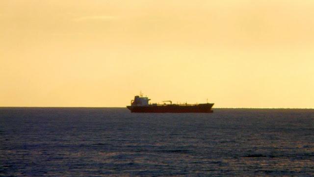 barco en el horizonte rojo