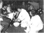 El Papa Francisco cuando era obispo, acá lavándole los pies a los fieles papa francisco