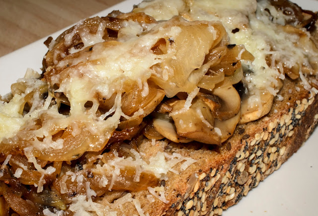 Tosta de champiñones encebollados; Onion and mushrooms toast