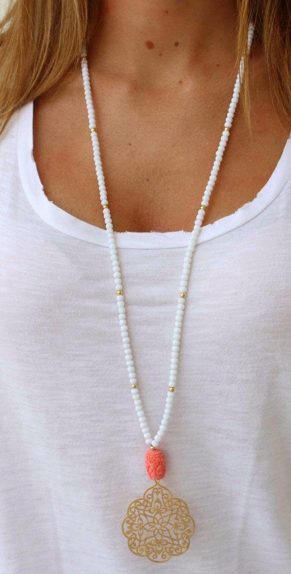 Los collares largos estilizan y te hacen ver más larga y delgada, son perfectos para un cuello corto y un pecho grande.