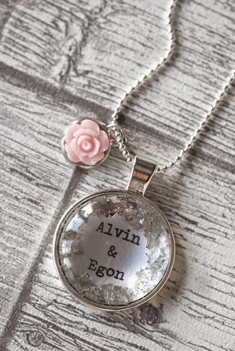 Du kan beställa dessa smycken med dina valfria ord 629d2dddacb7e