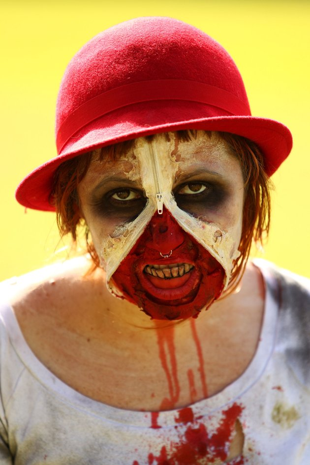 australia berjalan mengenakan kostum zombie lengkap dengan darah dan ...