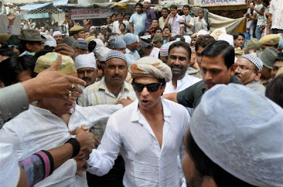 Shah Rukh Khan visits sacred Sufi Shrine