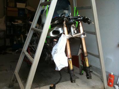 脚立スタンドで、バイクフロントをリフトアップ