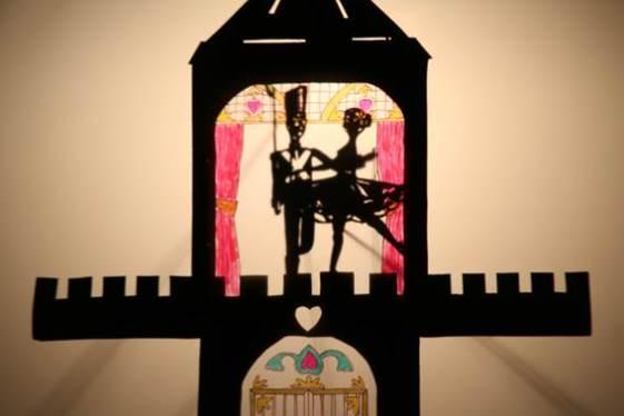 """O espetáculo que reúne cinco contos de Hans Christian Andersen: """"O Patinho Feio"""", """"O Soldadinho de Chumbo"""", """"Os Namorados"""", A """"Menina dos Fósforos"""" e """"O Sapo"""". A adaptação é realizada por teatro de sombras, sem a utilização das palavras. (Foto: Divulgação)"""