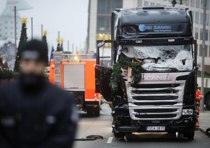 Dopo Nizza, Berlino: camion sulla folla
