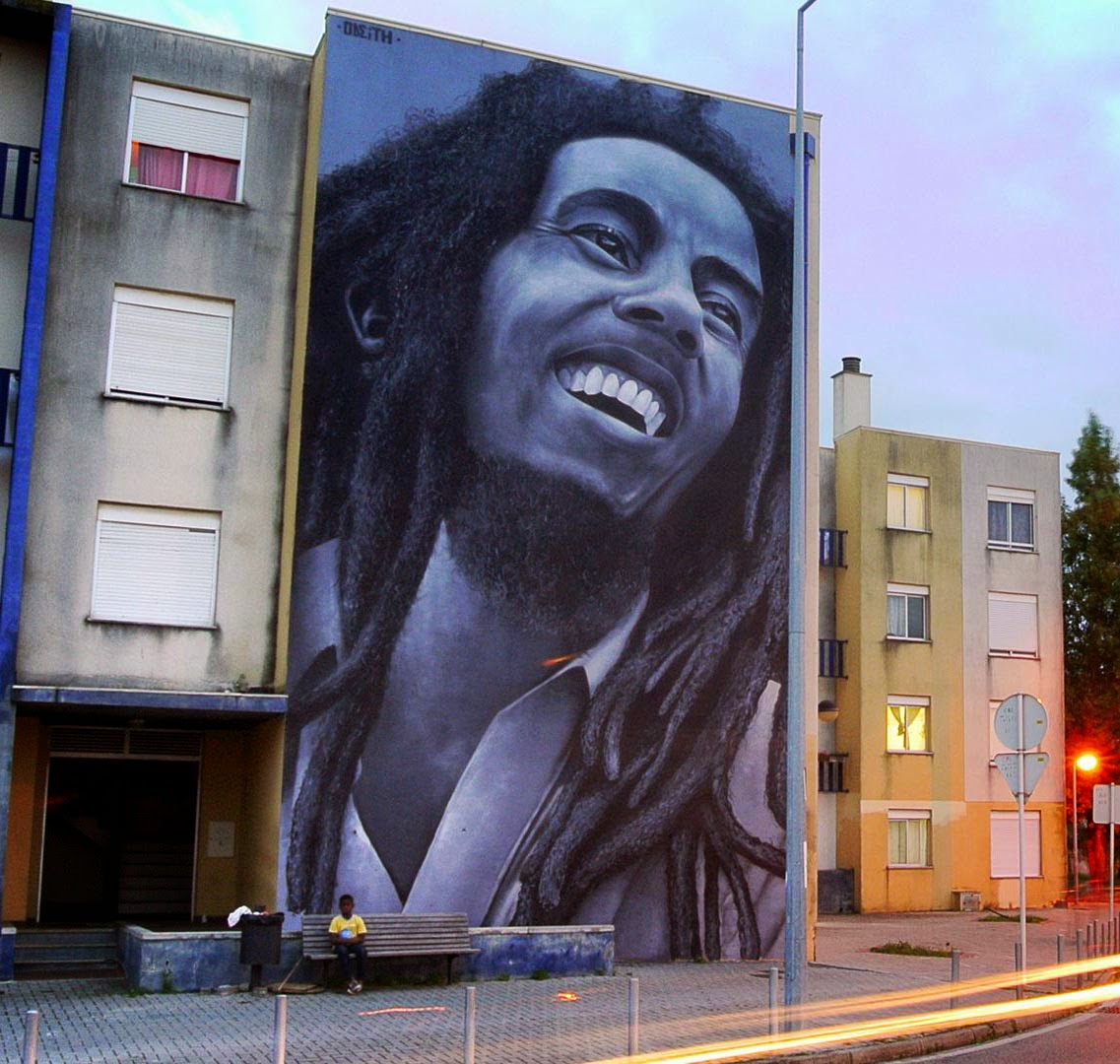 Odeith paints a giant tribute to bob marley in quinta do for Bob marley mural