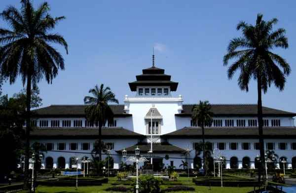 Gedung Sate Bandung dalam Paket Wisata Tour Murah Trans Studio Bandung