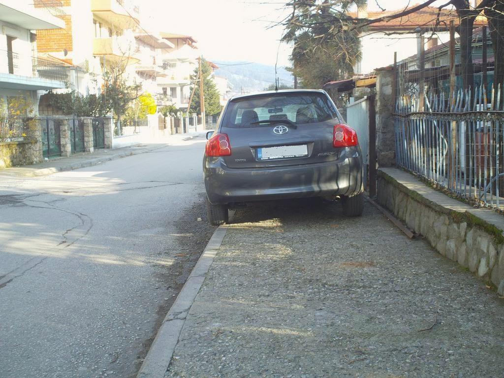 Στις σχολές οδηγών φαίνεται ότι σταμάτησαν να μαθαίνουν ότι απαγορεύεται το παρκάρισμα σε πεζοδρόμιο