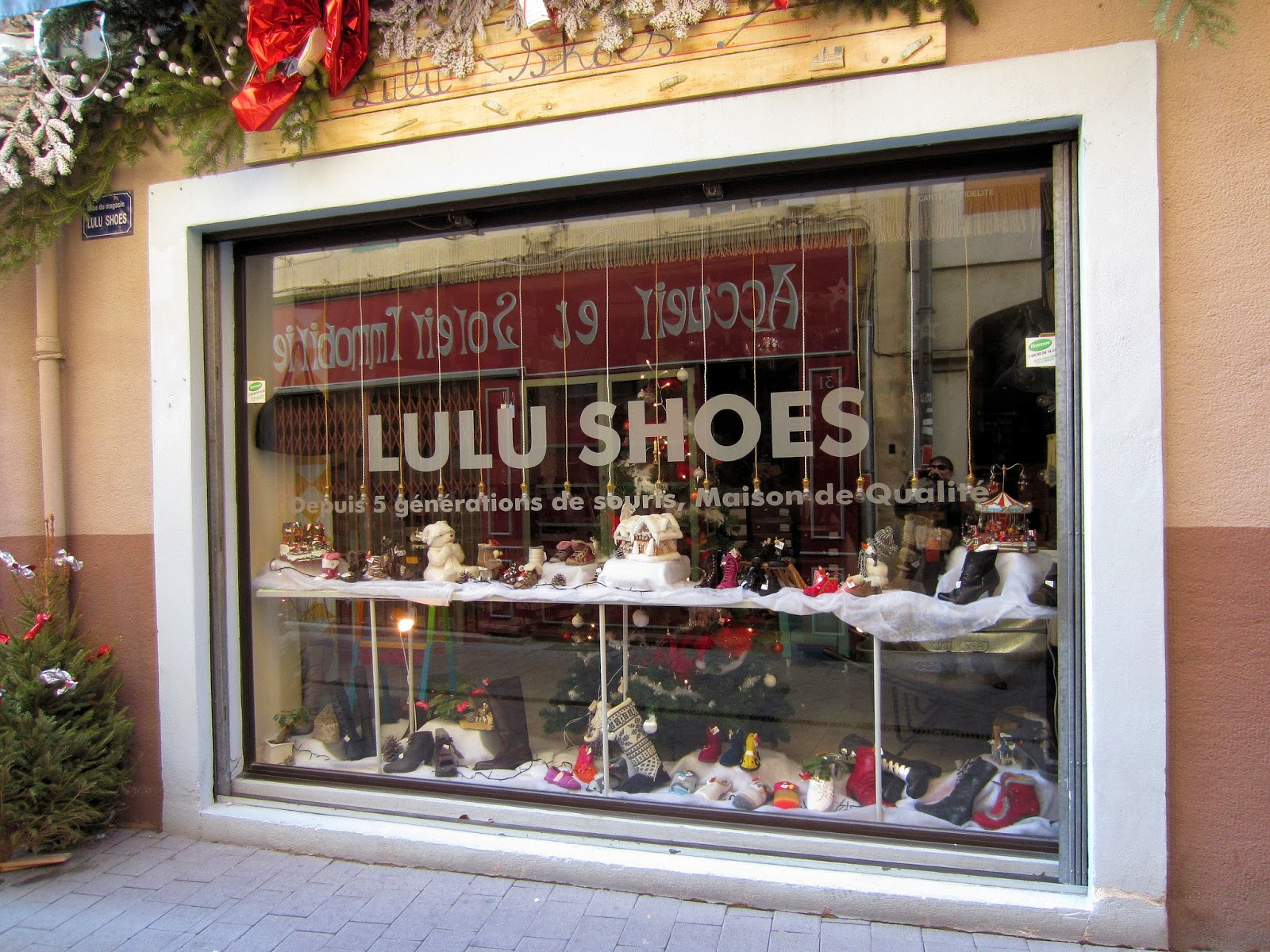 Christmas in Provence - window shopping - Snowy shoes