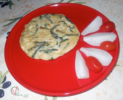 Tortilla de yemas de espárragos trigueros y ajetes emplatada.