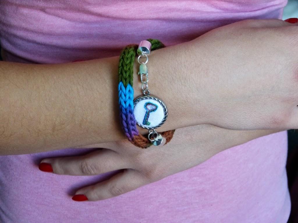 biżuteria na laleczce dziewiarskiej, biżuteria z haftem