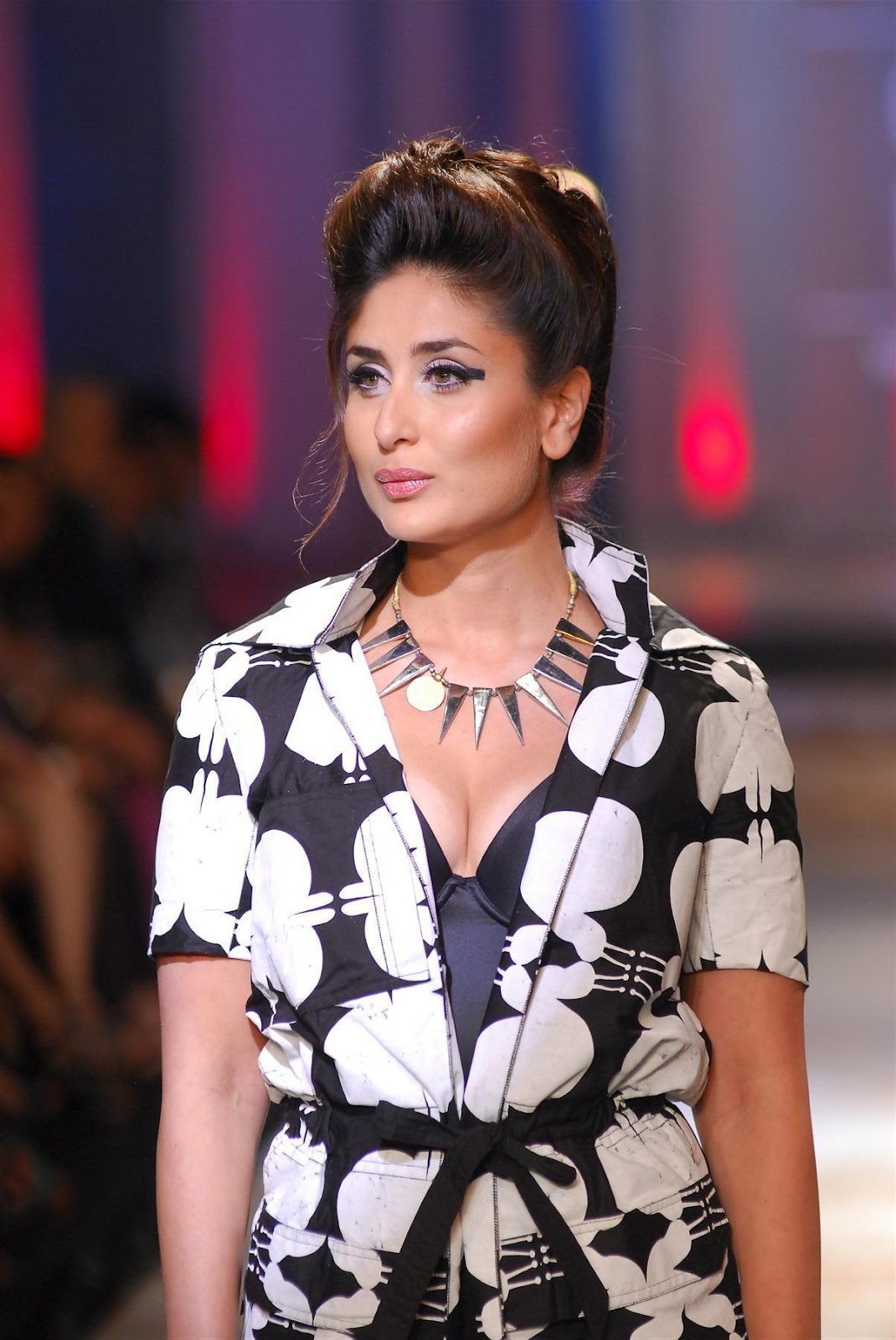 Kareena Kapoor Showcasing Her Cleavage At The Grand Finale Of Lakme Fashion Week 2012