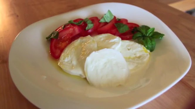 Insalata Caprese, recipe & still from video by Ricette per Cucinare, as seen on Via Optimae, the fun way to learn Italian, www.viaoptimae.com